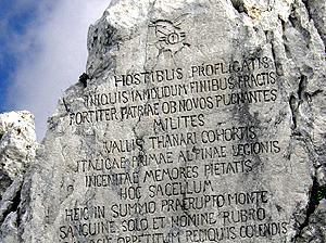 """Iscrizione in latino sul monte Rosso, scolpita dagli alpini """"Val Tanaro"""""""