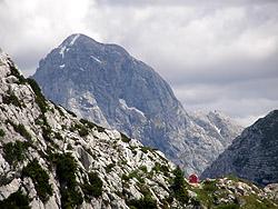 Il Bivacco Modonutti-Savoia, sullo sfondo il Mangart