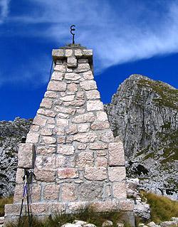 Il monumento sul Cukla e il monte Rombon