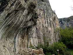 Le falesie carsiche di Mišja Pec presso Osp, sito d'arrampicata