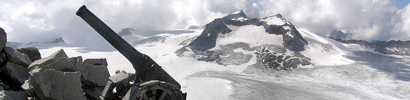 Il cannone 149 sulla cima di Cresta della Croce, vista sulla vetta dell'Adamello e sul Corno Bianco