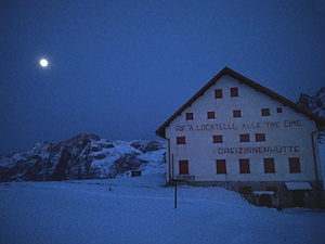 Il rifugio Locatelli con la luna piena