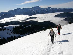 Salita al monte Osternig, sullo sfondo le Alpi Giulie